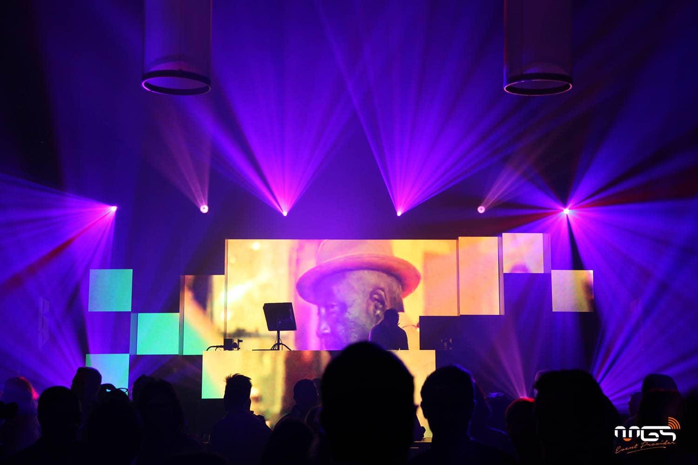 Fond de scène en écrans led pour projection vidéo - ING staff party