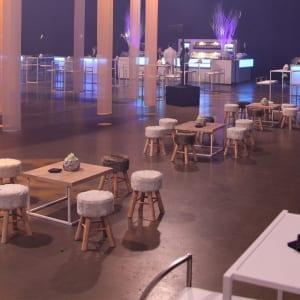 Table basse avec top en bois pour lounge design lors de vos événements