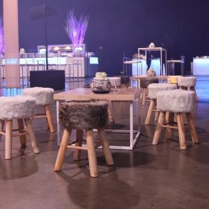 Ensemble de poufs effet fourrure avec table basse en bois lors d'un événement réalisé par MGS