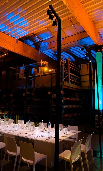 Perche lumineuse design utilisée pour éclairer la table de réception lors d'un événement corporate.