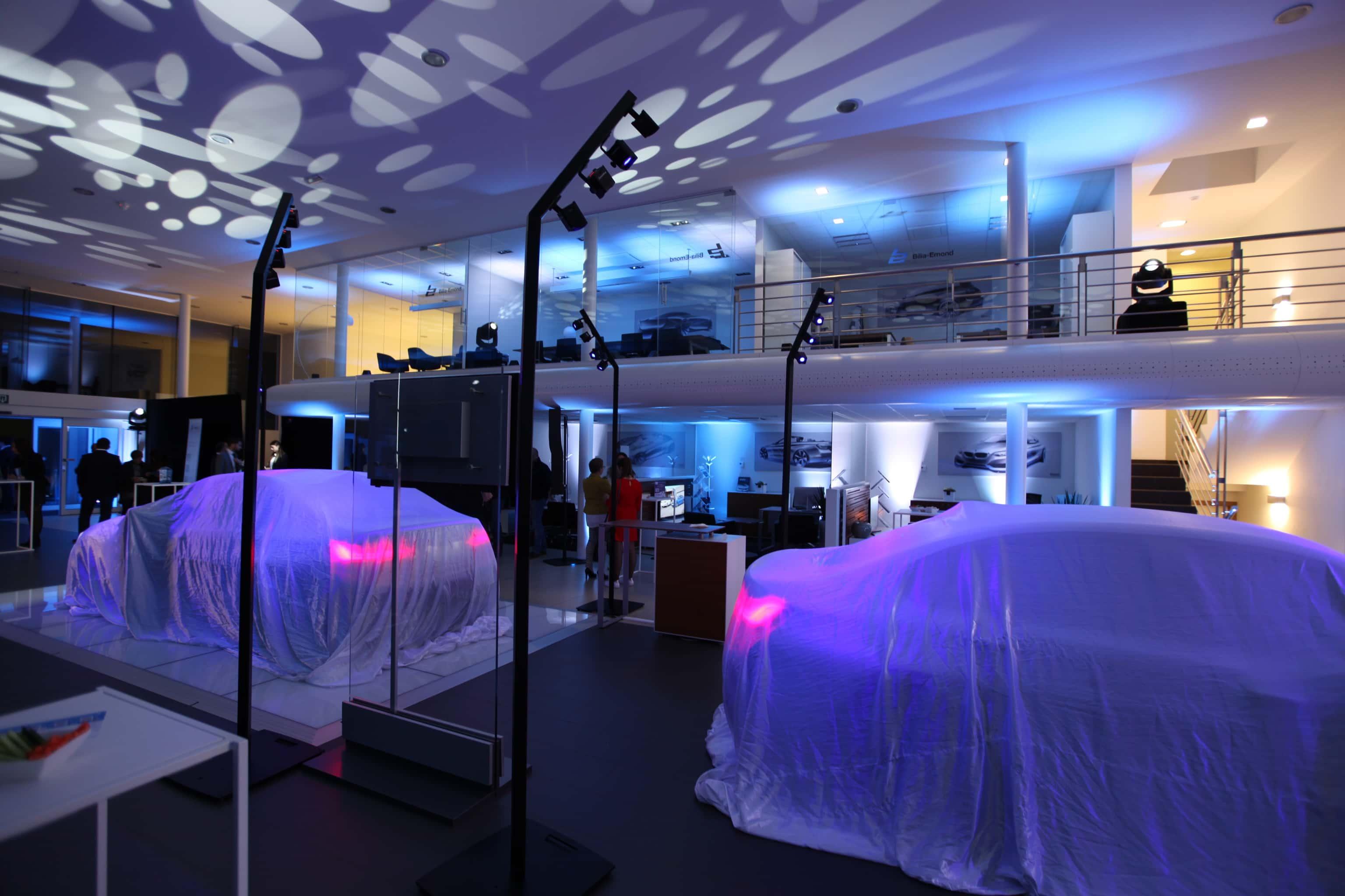 Perche lumineuse grand format pour éclairage des voitures dans une concession