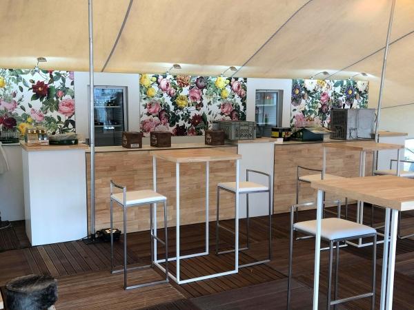 Bar en structure bois et blanc avec fond de bar en panneaux imprimés
