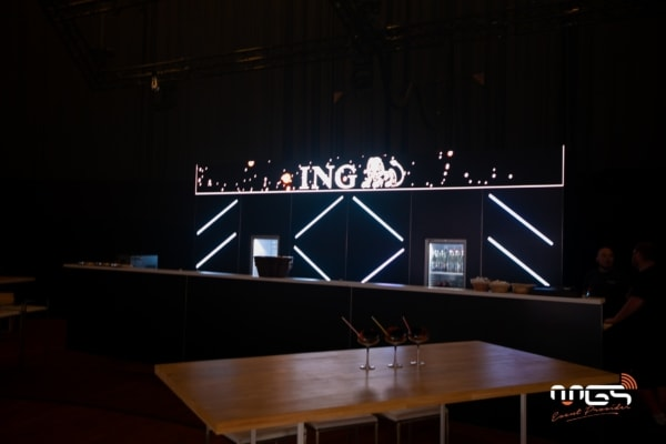Bar technologique avec barres et écran led intégrés créé par MGS
