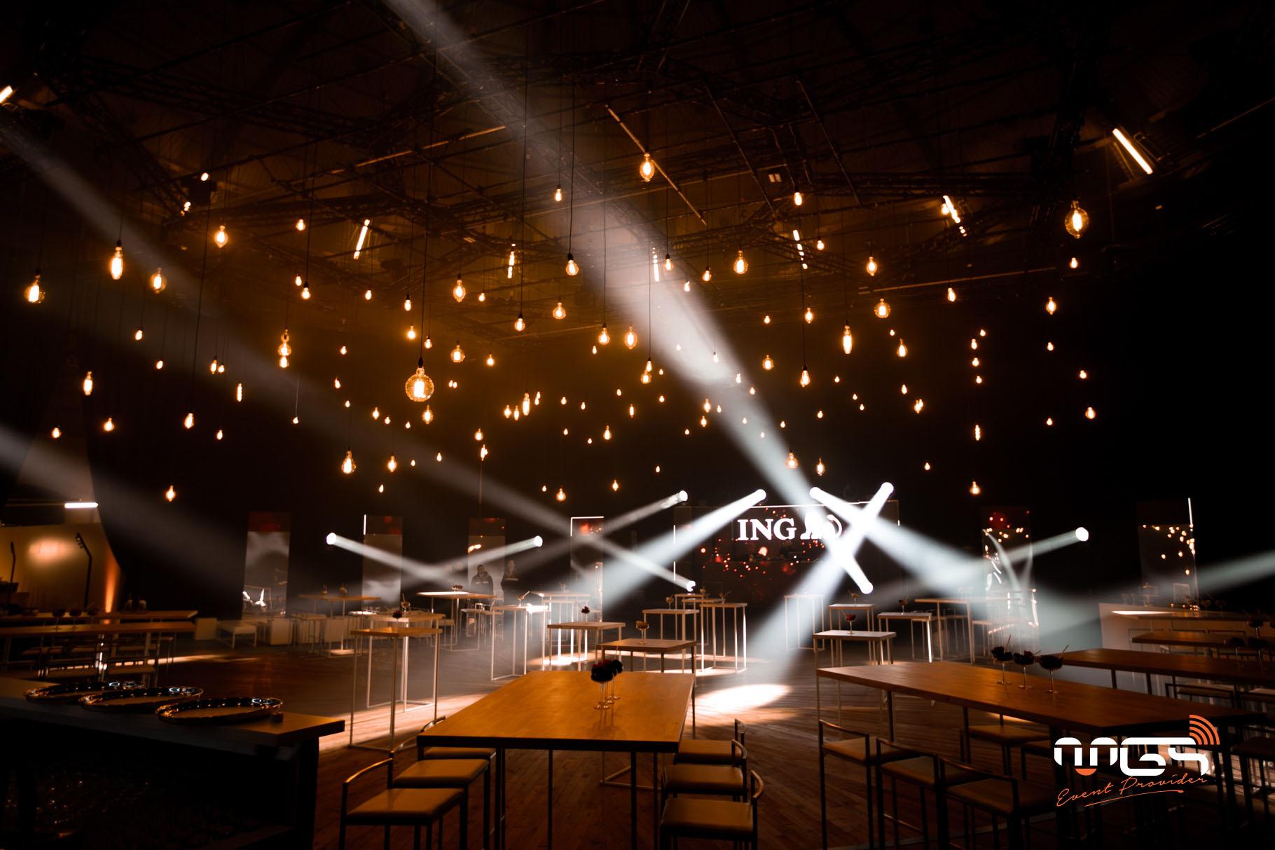 MGS décore les Rotondes à l'aide d'une centaine d'ampoules incandescentes suspendues à différentes hauteurs