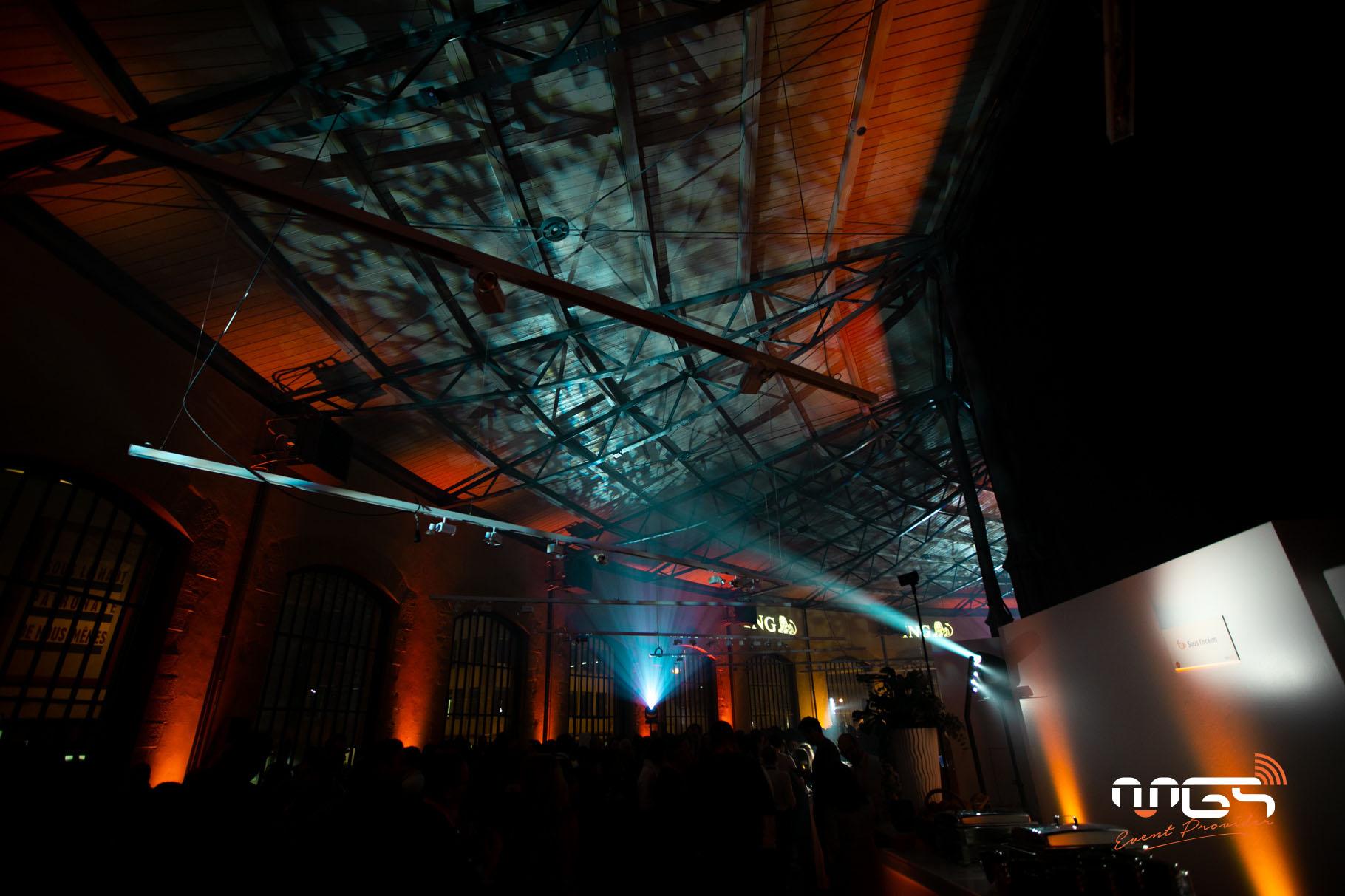 MGS décore les Rotondes à l'aide d'une centaine d'ampoules suspendues à différentes hauteurs