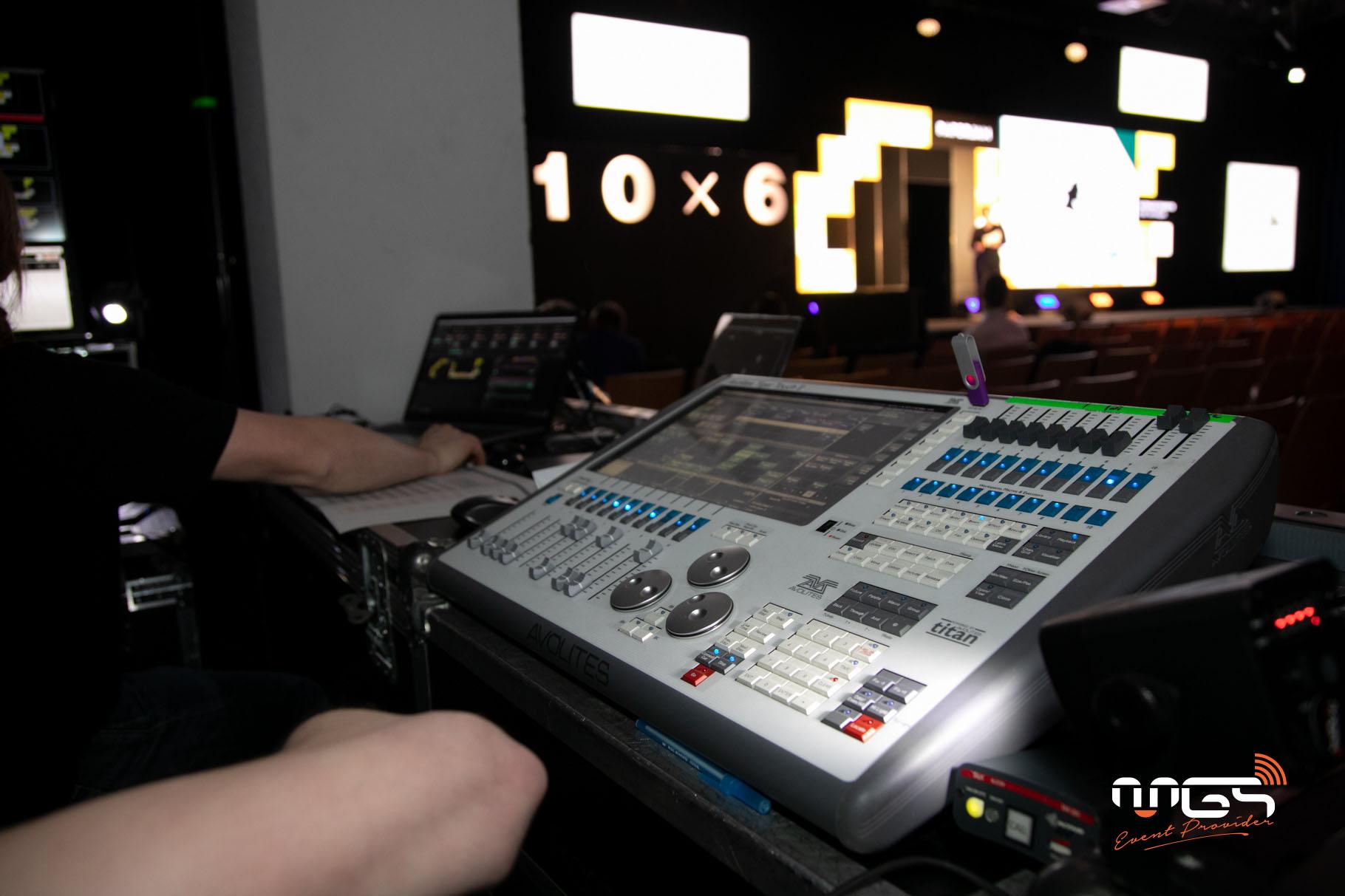 Conférence paperjam mise en place par MGS avec fond de scène en écran led et panneaux matrix.